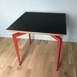 Table design 1980, pietement métal et plateau biseauté noir mat.
