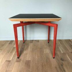 Table design 1980 ou bureau des années 80 plateau noir et piétement métal rouge